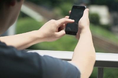 盗聴器を携帯カメラで見つける